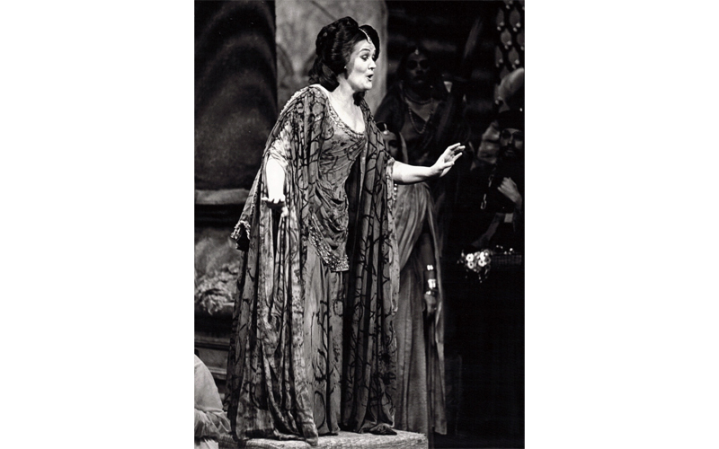 Joan Sutherland in the title role of Lakmé